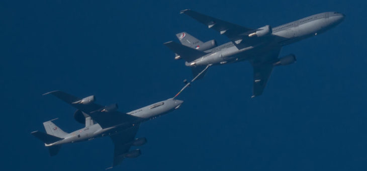 OOOooooooo!!! Samoloty się holują! Albo jeszcze co gorszego i to po francusku robią! Tankowanie w powietrzu koło Częstochowy